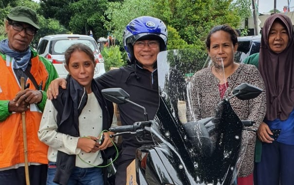 Iwan Darmawan bersama warga korban banjir